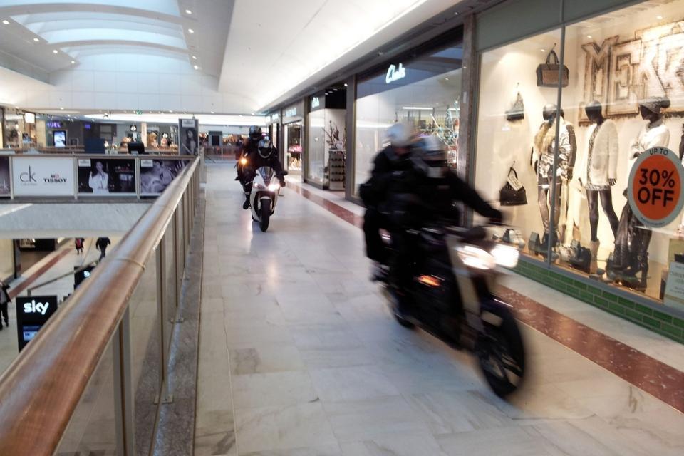 Байкеры с топорами ограбили ювелирный магазин